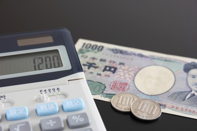 電卓と千円札と百円玉