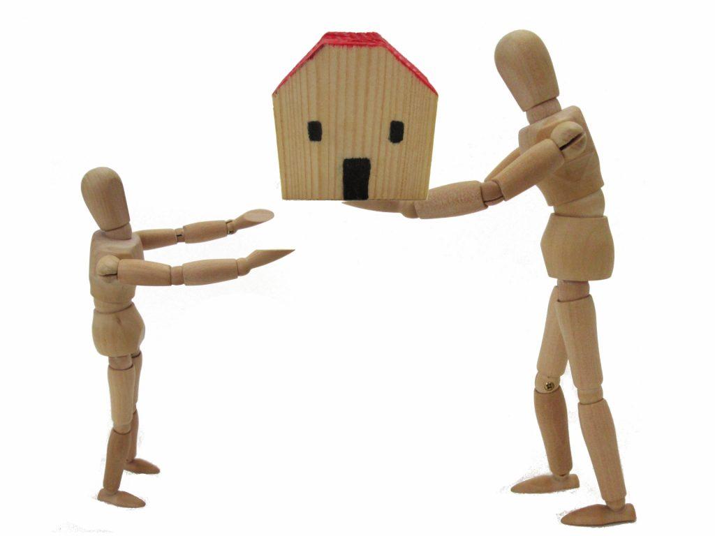 家を渡す人形と受け取る人形