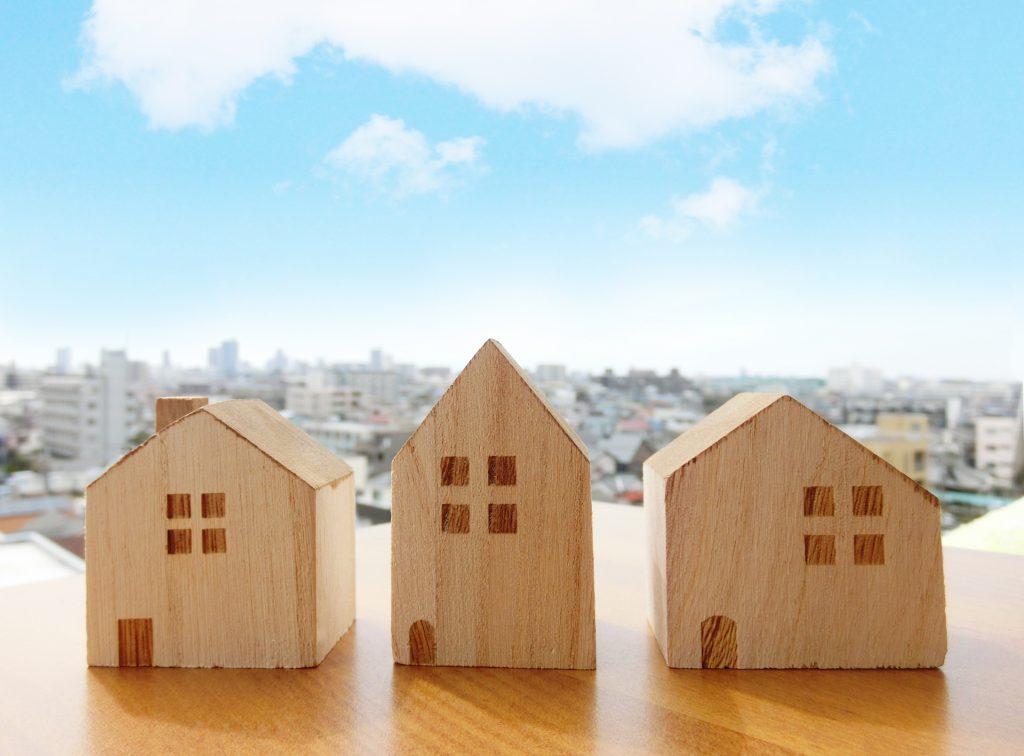 一戸建ての形をした3つの木のブロック