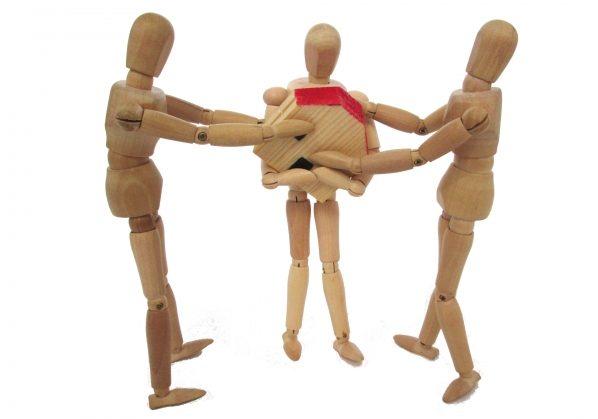 不動産を誰が相続するかで争っている人形