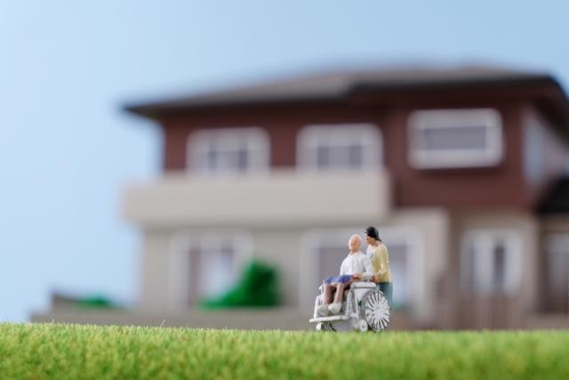 庭で介護をする女性と老人