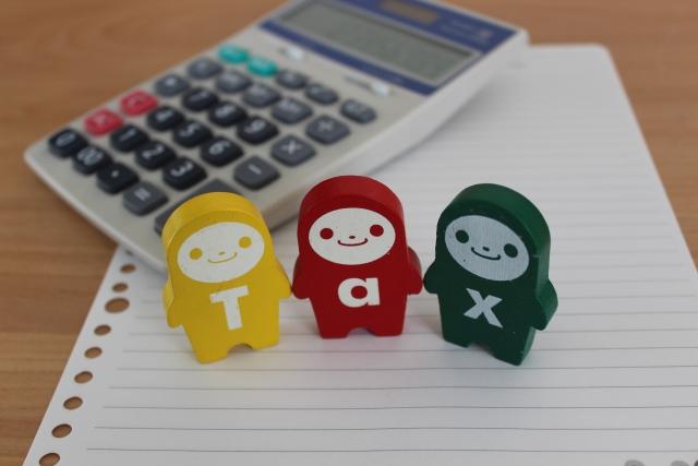 Taxとかかれた3つの人形