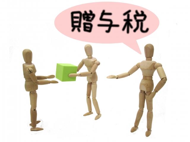 財産を渡す人形と贈与税を指摘する人形