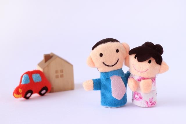 新築の家を購入する夫婦
