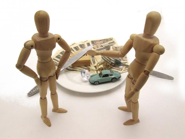 財産の話し方を話合う2つの人形