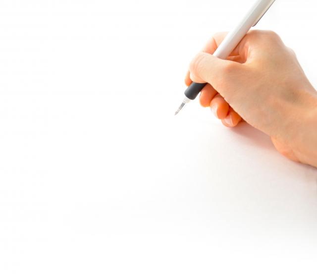 寄与分の資料を請求する紙とペン