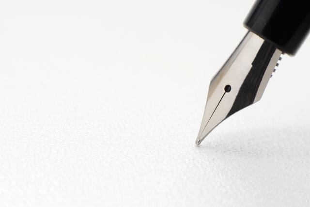 遺言書の用紙と万年筆