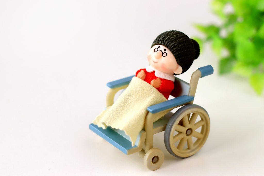 車いすに乗ったおばあさん