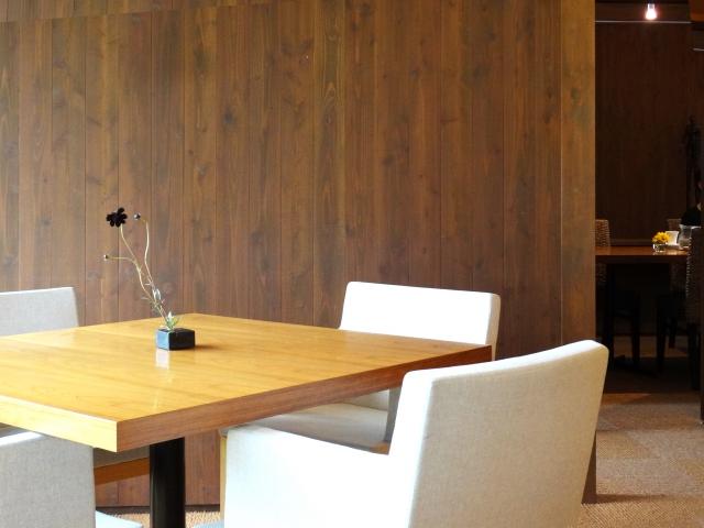 テーブルとイスを置いた打ち合わせ室