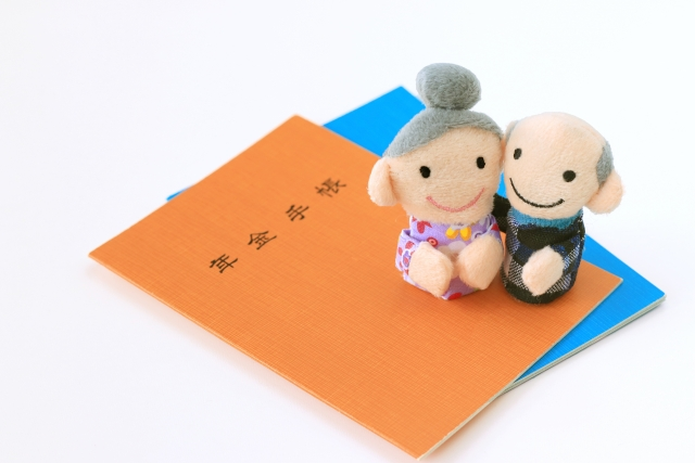 年金手帳と老夫婦