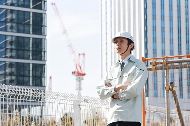 建設現場と若い男性